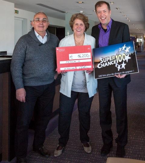 Prisca M a remporté 16 200 euros, SuperChance100 a participé à la remise du chèque.