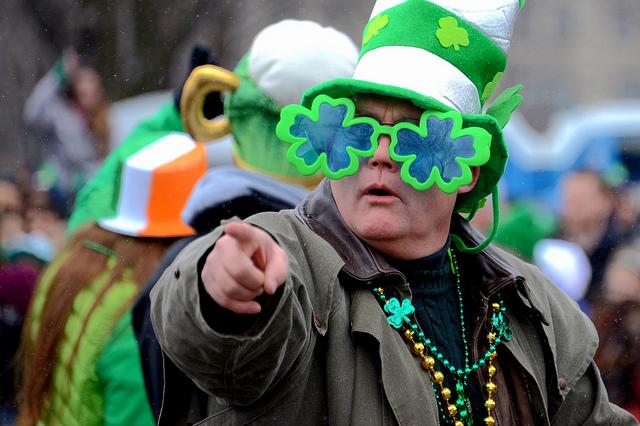 Défilé de la Saint-Patrick, homme déguisé en vert avec des trèfles
