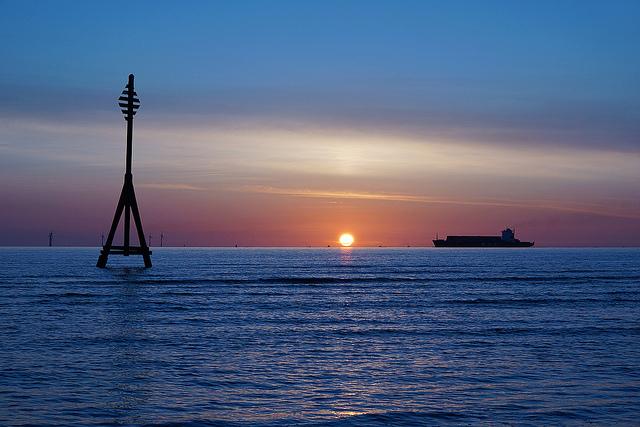 Vue de la mer avec un bateau au loin