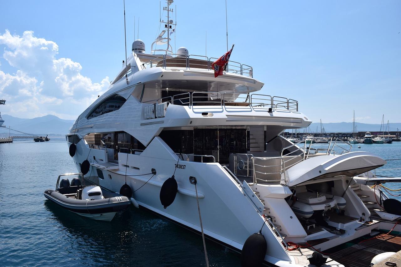 yacht dans un port