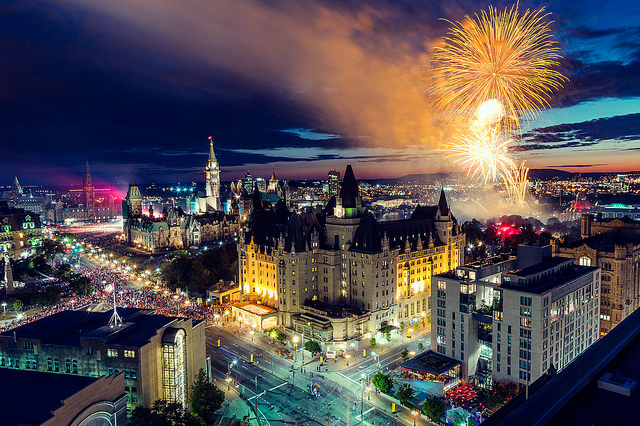 Ottawa, capitale du Canada, vue de haut et sous les feux d'artifice.