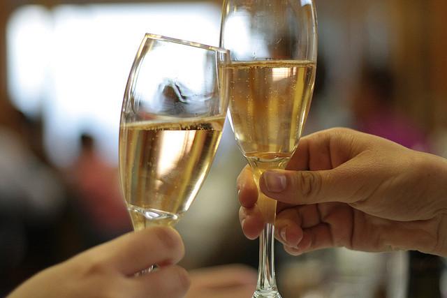 Trinquer avec des flûtes à champagne.