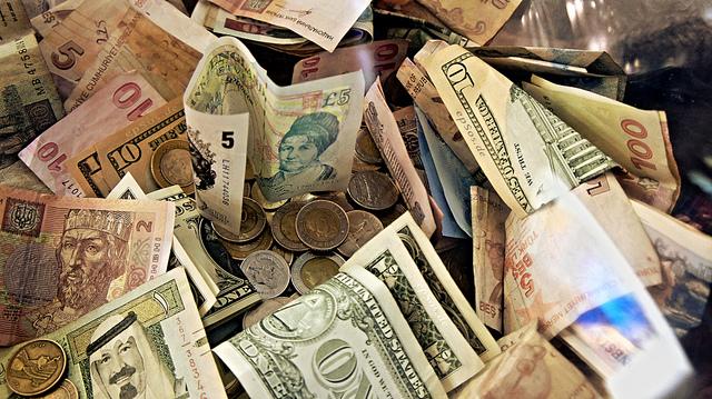 Un amoncellement de billets de banque et quelques pièces de monnaie.
