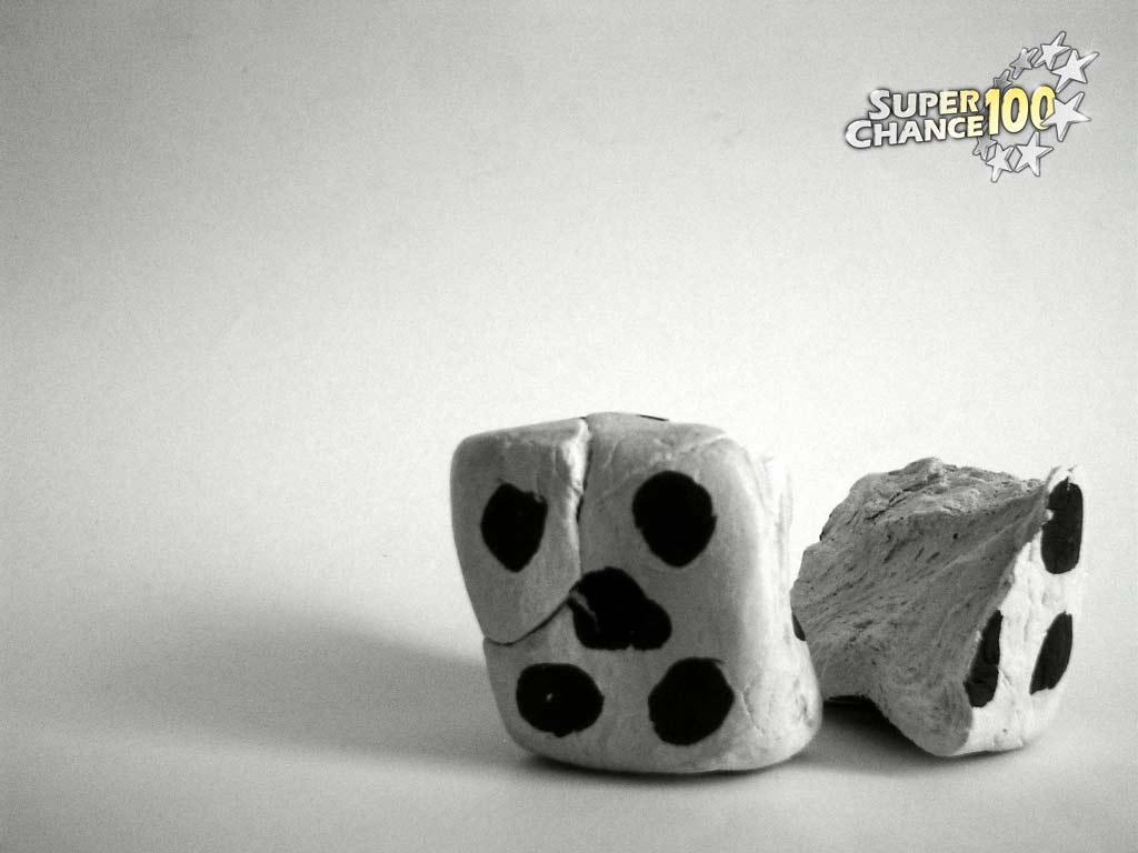 Photographie noir et blanc de dés effrités.