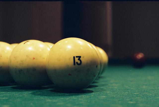Photographie d'une boule de billard avec le nombre treize.
