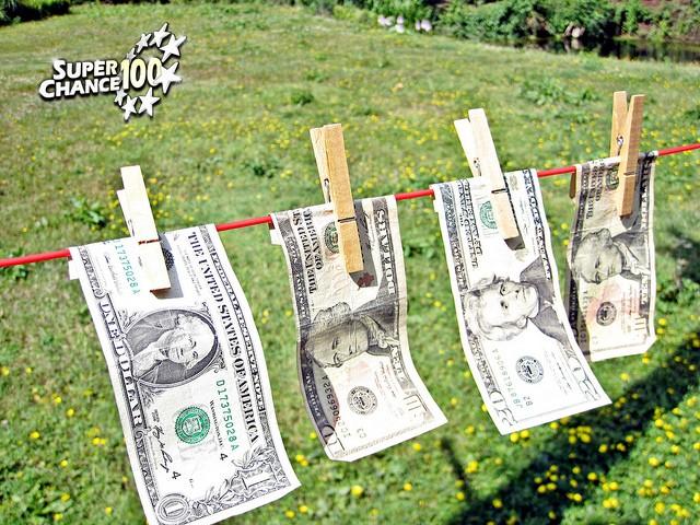 Billets de banque accrochés avec des pinces à linge.