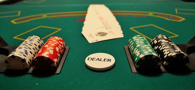 Table de poker avec un jeton dealer.