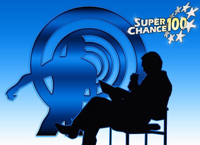 Un homme réfléchit et prend des notes, assis sur une chaise.