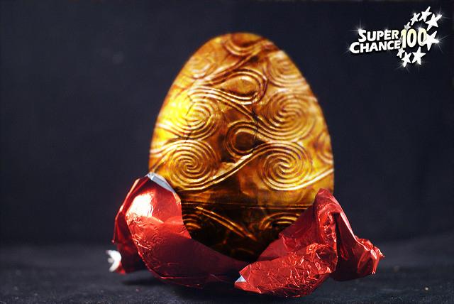 Montage d'un oeuf en chocolat transformé en or.