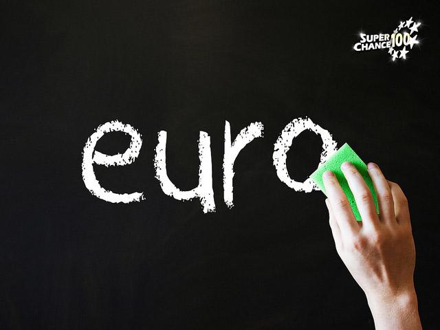 """Le mot """"euro"""" est écrit à la craie blanche sur un tableau noir."""