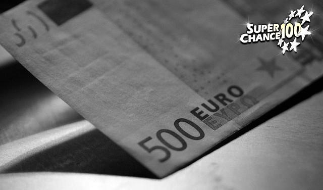 Photographie en noir et blanc d'un billet de banque de 500 euros.