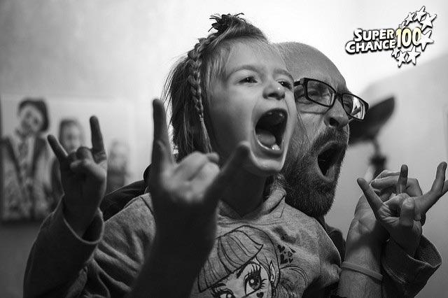 Photographie d'un père et de son enfant en train de profiter du moment présent.