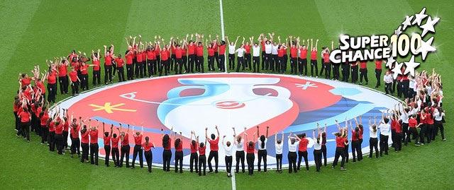 Photographie de personnes sur un terrain de foot en cercle autour du logo de l'Euro 2016.