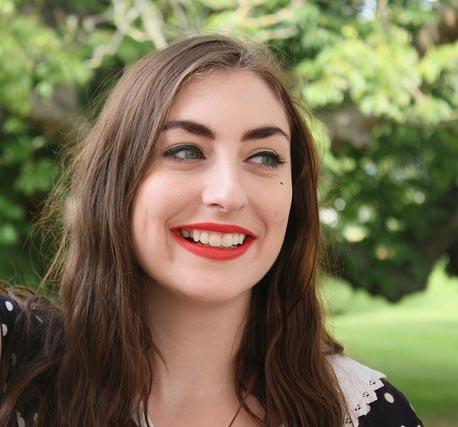 Photographie d'une femme avec un grain de beauté sur la lêvre supérieure.