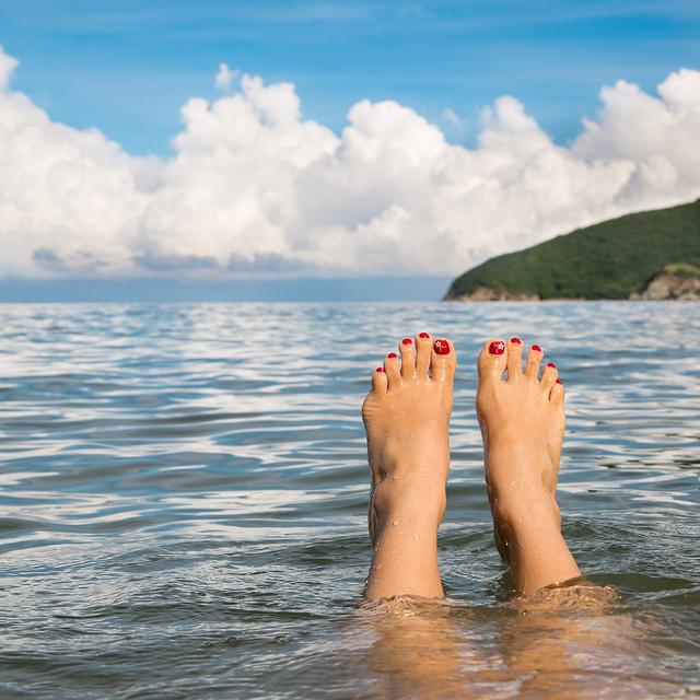 Des doigts de pied en éventail à la plage.
