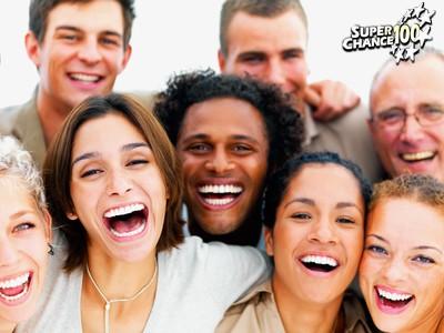 Un groupe de personnes souriantes.