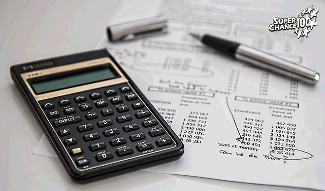 Calculatrice et feuille remplie de chiffres.