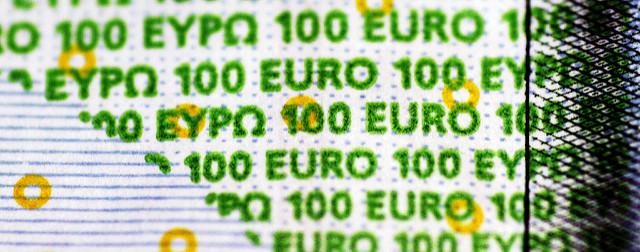 Zoom sur les écritures sur un billet de 100 euros.