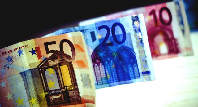 Billets de 50, 20 et 10 euros alignés.
