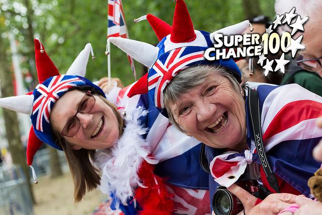 Photographie de deux anglaises déguisées aux couleurs de leur pays.