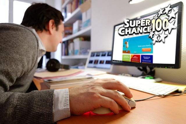 Photographie d'un homme en train de jouer en ligne à l'Euro Millions.