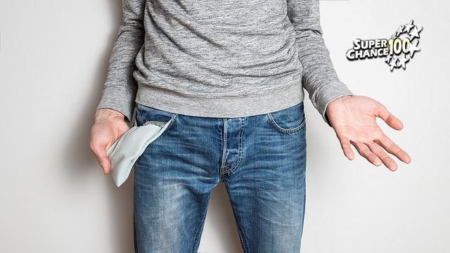 Une personne retourne ses poches à la recherche d'un ticket d'EuroMillions.