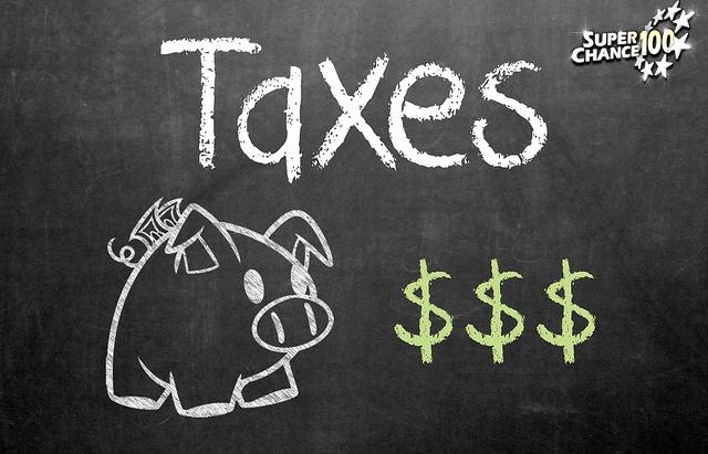 Taxes représentées par une tirelire cochon
