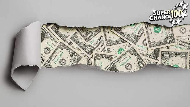 billets de banque derrière une feuille de papier déchiré avec le logo SuperChance100