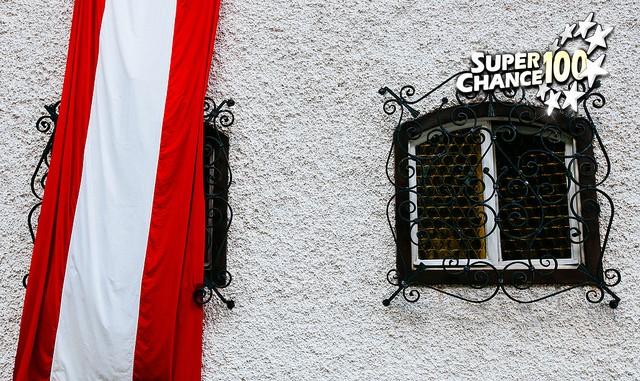 Drapeau autrichien en façade d'une maison.