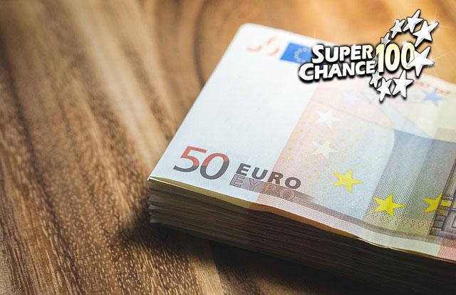 Photographie d'une liasse de billets de cinquante euros.