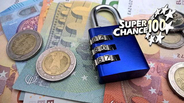 Photographie d'un cadenas sur un tas d'argent.