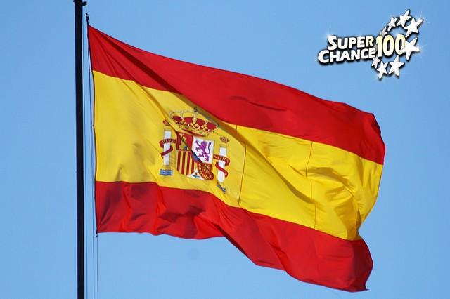 Drapeau d'Espagne au vent.