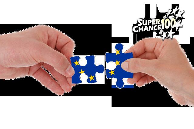 Deux mains en train de joindre deux morceaux de puzzle.