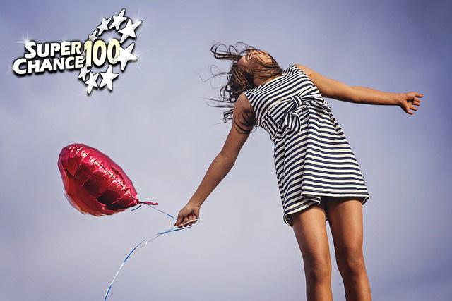 Femme qui saute avec un ballon