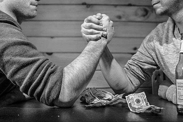 Joueurs en train de parier de l'argent.