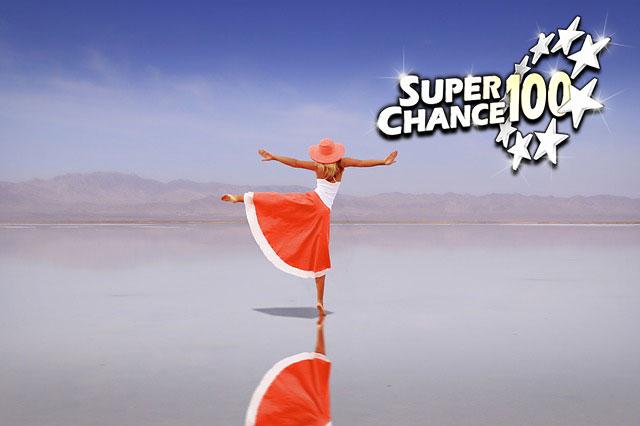 Femme dansant de joie après avoir gagné à l'Euro Millions.