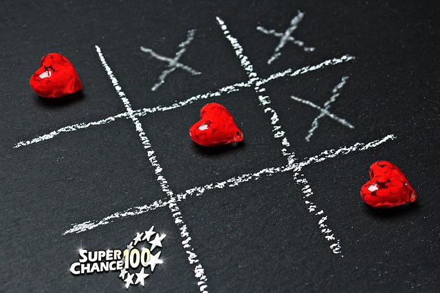 Jeux de morpions avec des croix et des cœurs
