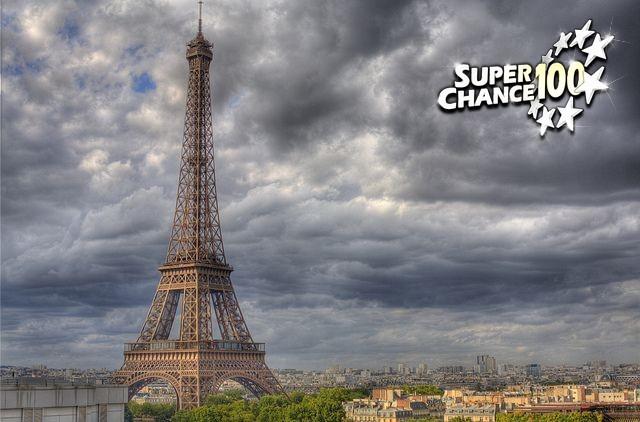 La Tour Eiffel par temps nuageux.