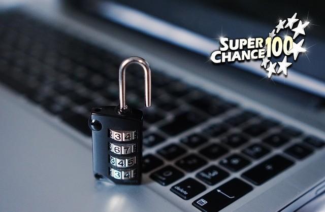 Illustration de la sécurité sur internet avec un cadenas et un PC portable.