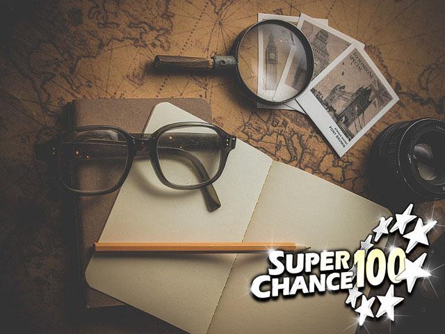 Vieille carte, lunettes, loupe et carnet posés sur une table pour enquêter sur le dernier gagnant de l'Euro Millions.