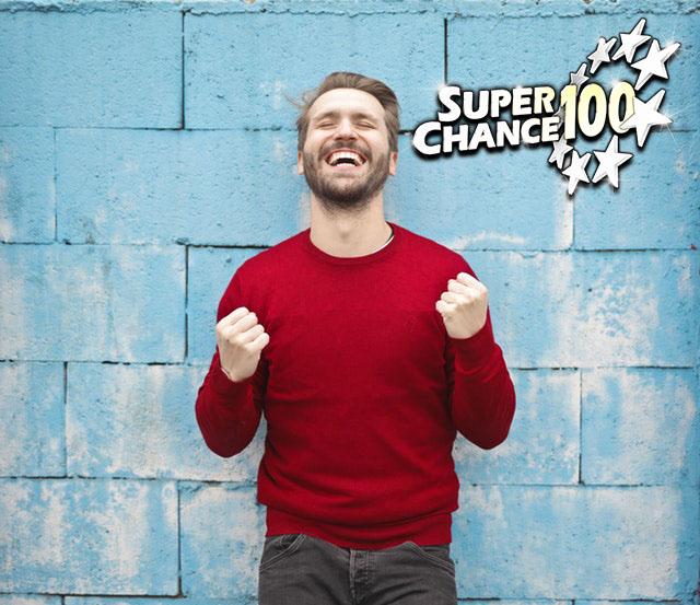 Homme devant un mur bleu en train de célébrer sa victoire à l'Euro Millions.