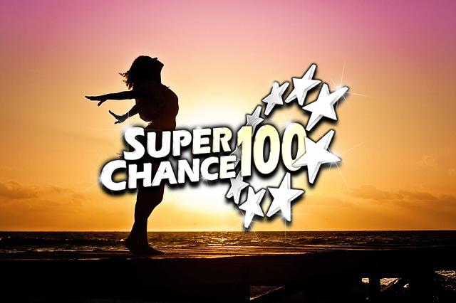 Femme heureuse après avoir gagné la tombola SuperChance100.