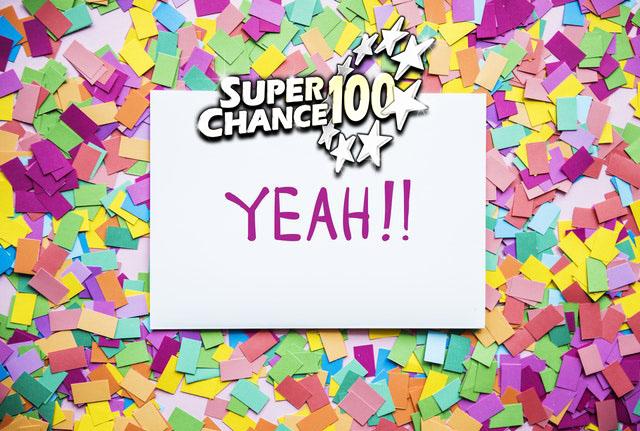 """Confettis autour d'une pancarte où il est écrit """"yeah""""."""