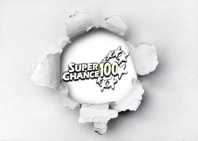 Papier déchiré derrière lequel n aperçoit le logo de SuperChance100.