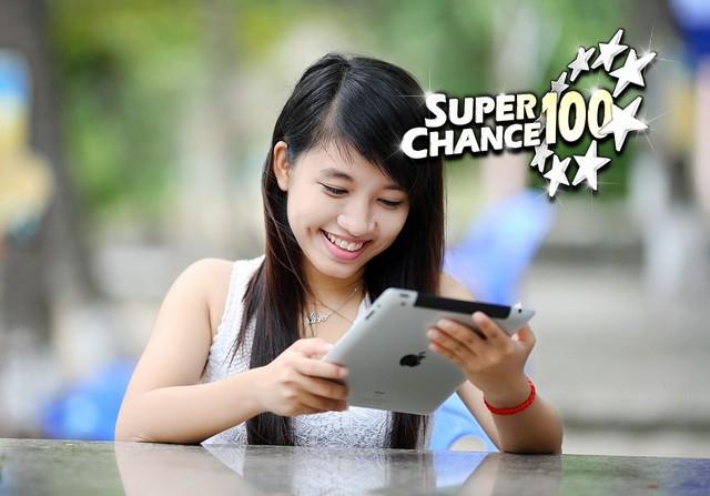 Une fille joue à SuperChance100 sur une tablette.