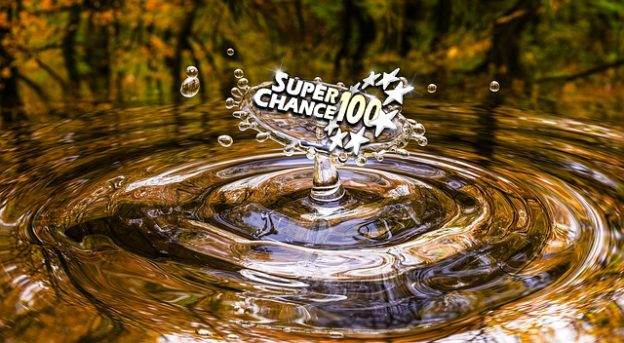 Ronds d'eau dans une forêt automnale avec le logo SuperChance100.