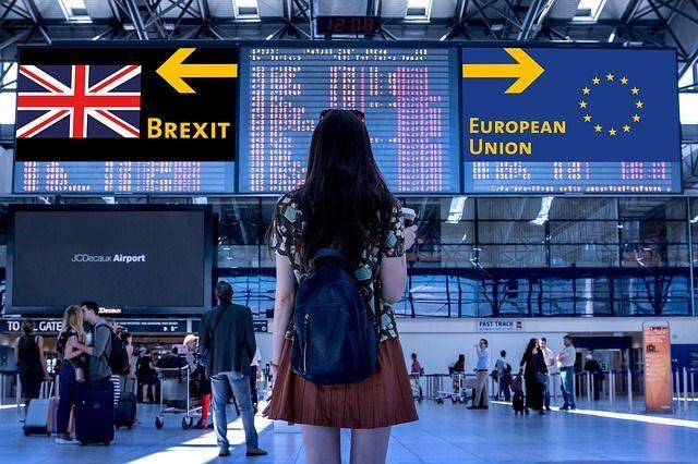 Jeune femme dans une gare avec le choix d'aller vers le Brexit ou l'Union européenne.