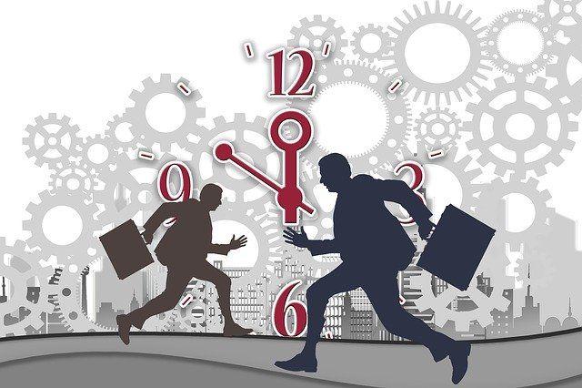 Des hommes pressés, avec une horloge en arrière plan.