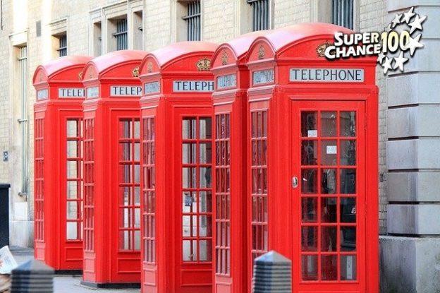Des cabines de téléphone anglaises.